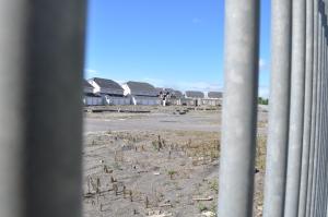 """Häuser in unterschidlichen Stadien ... von """"nur Fundament"""" bis """"bereits bezogen"""" auf einer stillgelegten Baustelle"""